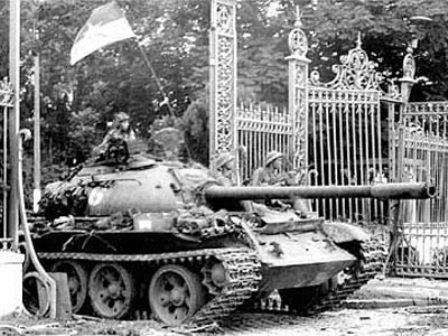 Lực lượng giải phóng tiến vào Dinh Độc lập