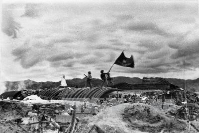 Việt Minh vẫy cờ trên boong hầm của De Castries